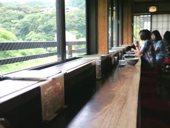 年季の入った店内は、歴史ある湯治場ならではのしっとりとした風情。店内のカウンター席からは、早川と山の木々の素晴らしい景色が眺められます。