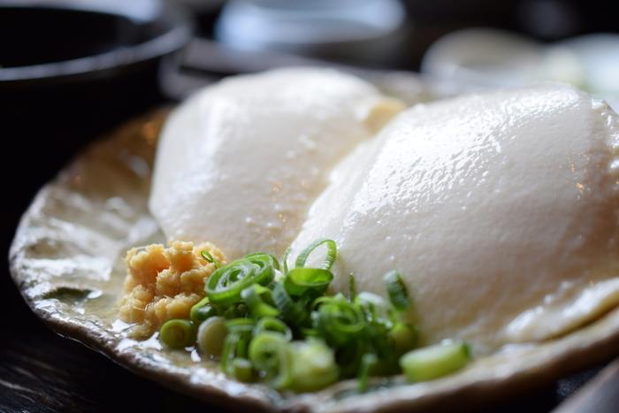 これらは、そのもの自体が多くの水分を含むだけでなく、製造過程においても調理過程においても、水を多く用いる食べ物です。用いる水の良し悪しが、仕上がりの味を左右するといっても過言ではありません。  【「湯葉丼 直吉」で使う湯葉と豆腐は、大平台に湧き出る名水「姫の水」と良質な大豆で作る老舗湯葉店「箱根角山」のもの。湯葉も良いが、姫どうふの食味も素晴らしく人気となっている。】