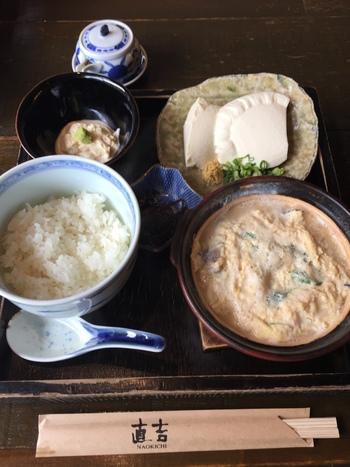 """「直吉」の看板料理は、店名通り""""湯葉丼""""です。  """"丼""""といっても、ご飯と湯葉の卵とじは別々に供されます。湯葉の卵とじは、グツグツと熱を放った土鍋で運ばれてくるので、最後まで熱々で頂けます。  【画像は、湯葉丼・湯葉刺し・姫どうふ・小鉢がセットになった人気メニュー『湯葉丼+湯葉刺しセット』】"""