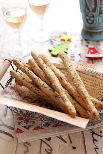 イタリアの細長いパン、グリッシーニ。黒ごまチーズ、ベーコンも入ってワインのお供や小腹が空いた時にぴったりの一品に。おもてなしにも喜ばれますよ。