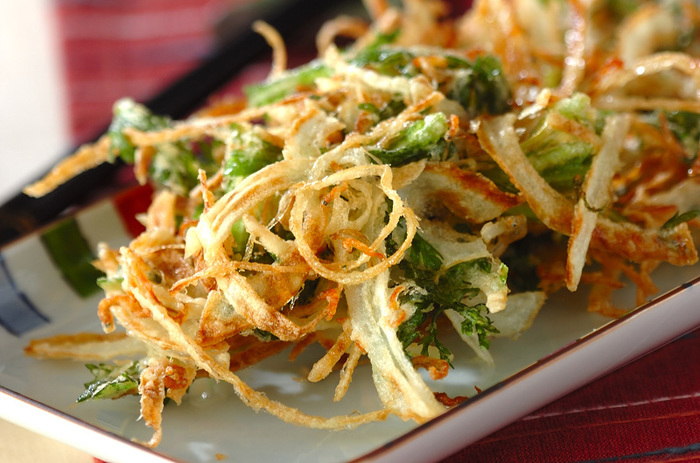 ご飯に乗せて丼にしたり、お蕎麦やうどんなどの麺類に添えても◎なかき揚げは、残り野菜でも美味しく作れるまさに家庭の救世主になるレシピです。旬の野菜やシラスやお肉など色々アレンジしてボリューミーに作ることができますよ。