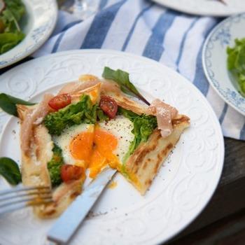 そば粉ではなく小麦粉で作るとってもおしゃれなガレット風クレープ。卵やハム、グリーンのお野菜とトマトなど色合いにも気を配ればおもてなしにも喜ばれるレシピに大変身です。