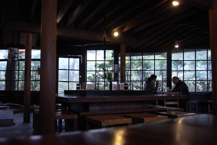 自家製の手打ち蕎麦が評判の「箱根 暁庵」は、老舗宿「箱根湯本ホテル」が直営する蕎麦店。箱根湯本駅から徒歩10分。散策の途中にふらりと立ち寄れる、隠れ家的な雰囲気も店の魅力です。