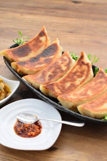 生地から作る自家製餃子は、モッチモチ食感で中からジューシーな肉汁が溢れ出す感動の一品。皮から作ることで手間はかかりますが一度やってみる価値ありの大絶賛レシピです。