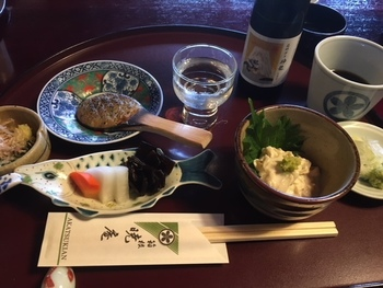しっとりした風情の座敷で頂けるのは、豆腐、せいろ蕎麦、天ぷら、焼き味噌、小鉢、香の物、甘味が付いた「そば御膳」。