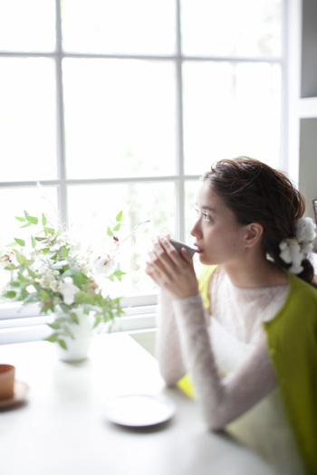 ゲストが会場入りするまでの束の間の時間。 窓から様子を見ながら、心が震え出す音が聞こえそう。
