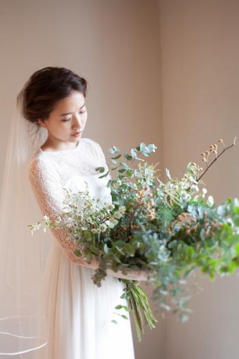 季節の草花であしらわれたナチュラルなブーケ。 主役の花嫁を見守ります。