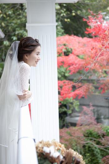 チャペルの傍にある紅葉が、秋には真っ赤に紅葉。 自然の美しさにも負けない花嫁は、ブーケトスも終えて、いよいよ披露宴へ。