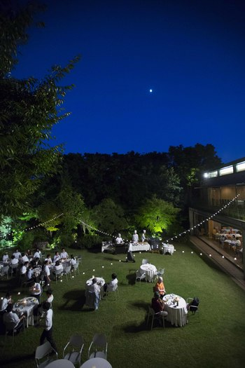 月夜が会場を優しく見守ります。 自然のコントラストが美しすぎて、さらに酔いがまわってしましそう。