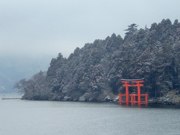 芦ノ湖周辺は、多彩な観光スポット、飲食店が点在しています。好みに応じた観光スポットで思い思いに遊ぶのが、芦ノ湖オススメの過ごし方ですが、元箱根を訪れるのなら、必ず立ち寄りたいのは、箱根一のパワースポット「箱根神社」です。山岳信仰の霊場だった神社は、今もなお神秘的で森厳です。【湖岸に立つ「箱根神社」の平和鳥居】