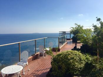 相模湾と錦ヶ浦が一望できます。遠くに伸びる水平線と穏やかな海を眺めているだけで、旅気分が高まりますね。