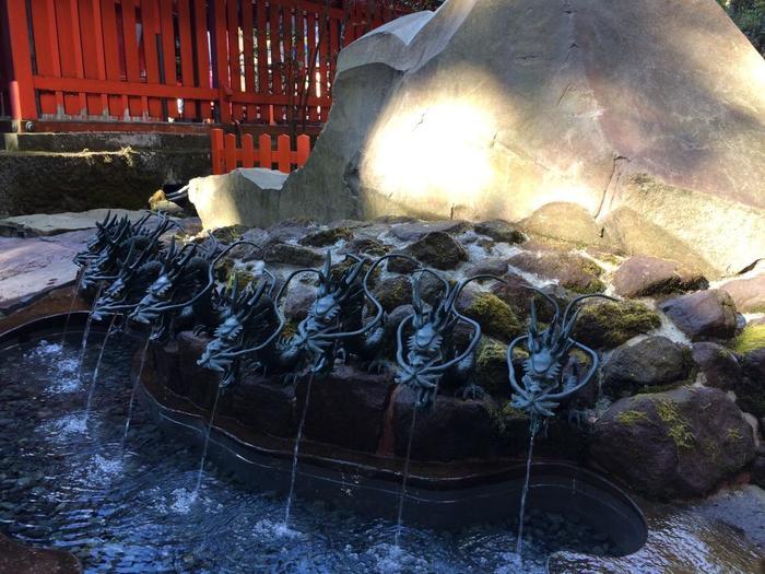 """箱根のみならず、関東屈指のパワースポットとして有名な「箱根神社」。参詣するなら、参道に建つ茶屋「権現からめもち」で一休みしましょう。箱根の名水の一つ""""龍神水""""を用いた絶品のお餅が頂けます。  【""""龍神水""""は、箱根神社本殿の隣に在する「九頭龍神社」の新宮に湧き出ている""""ご神水""""。「九頭龍神社」は、縁結びの神様として知られ、龍神水は、恋愛運を上げるといわれ人気。「龍神水持ち帰り用ペットボトル」が授与所で販売されている。】"""