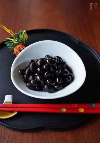 関東では強火で煮て豆にあえてシワをよせて「シワがよるまで元気に暮らせますように」と願います。ちなみに関西風でいただくなら、シワがよらないようなふっくらとした仕上がりに。たっぷりの水で煮込みます。  とても手のかかるレシピに感じるかもしれませんが、実際には「豆を水に浸してから、砂糖や醤油などで味付けして煮る」という2つの工程だけです。  早めに小分けで冷凍しておくと、お弁当のおかずにもなるのでおすすめです。