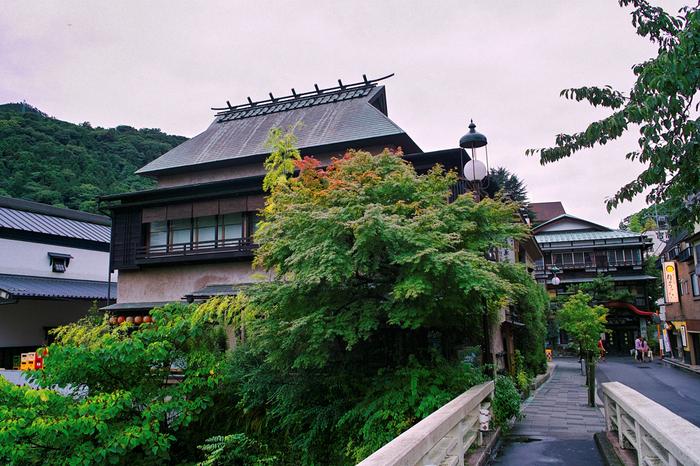 奈良期に開湯し、温泉とともに発展した箱根で一番の歴史をもつ「箱根湯本」は、箱根の玄関口。 駅構内や駅前の商店街は、週末や連休問わず多くの人々で賑わっていますが、駅から少し離れれば、箱根の歴史や温泉街ならではの情緒が漂い、温泉と共に穏やかな散策も楽しむことが出来ます。
