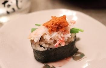 海苔巻きにかにのほぐし身をたっぷりのせたかに寿司。軍艦風にも見え、こぼれんばかりのボリュームがとても贅沢です。