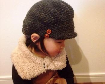 女の子は、このような風合い豊かな毛糸で編んだキャスケットを選んでみては? ちょっとだけ大人に近づいたような気持ちになれて、こちらもママとのリンクコーデにおすすめです。