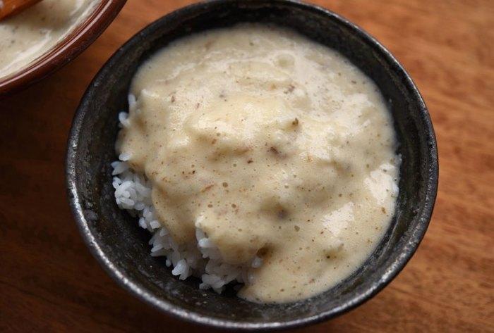 こちらのとろろは、自然薯も使っていますが、もちろん大和芋だけでもOK。おろし金ですりおろしたあと、さらにすり鉢でするとよりなめらかでふんわりした口当たりになります。だしは、一度に入れず、少しずつすりこぎで混ぜながら加えていきます。