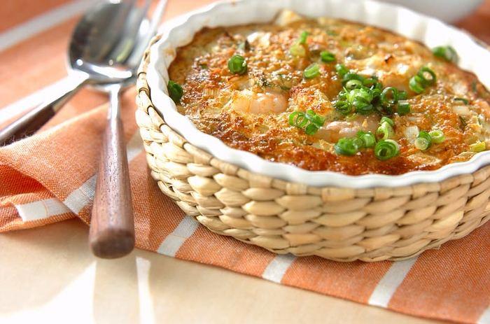 粉やマカロニなども使わず、大和芋やエビで作るグラタン。混じりけのない本格的な味が魅力です。こんがりと焼き上がったら、かけだれをかけて。外はカリッ、中はふんわり。いい大和芋が手に入ったら、ぜひ試したいお料理です。