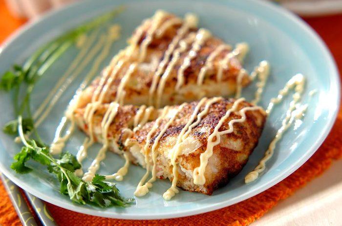 大和芋をすりおろした生地に、レンコンやニンジンなどを加え、フライパンでこんがりとオムレツ風に焼きます。スイートチリソースの甘みもいい感じです。