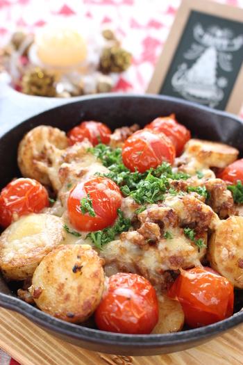 フライパン焼したホクホクの大和芋に、ひき肉やトマトを炒め合わせ、チーズを散らしてオーブントースターへ。簡単ですが、見た目もリッチで食べ応えのある料理です。
