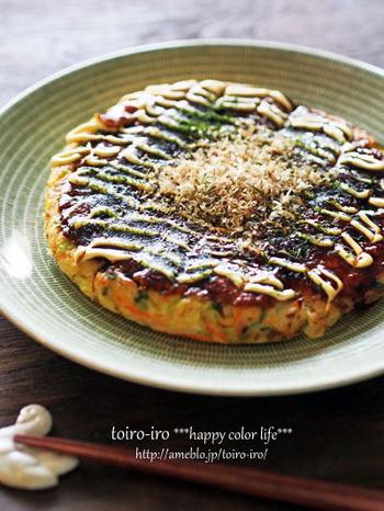大和芋をお好み焼きのつなぎにすることで、粉を全く使わずに、ふっくらと焼き上げることができます。肉、野菜、卵、芋だけでできた、まさに栄養のかたまりです。