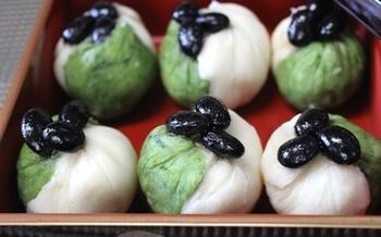 大和芋は、お菓子作りにも使われます。こちらは、大和芋のきんとん。大和芋を蒸してつぶして甘みをつけ、1/3には抹茶を混ぜます。あとは、2色の生地を合わせて茶巾型にまとめるだけ。お正月のおもてなしにもおすすめです。