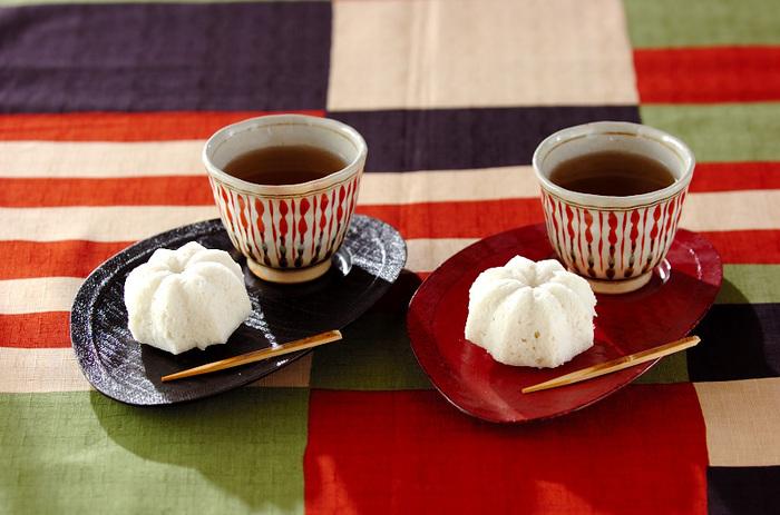 大和芋を使った代表的なおやつのひとつ、かるかん。米粉を使って、もちっとした食感に。こちらは、ココナッツミルク風味の変わり種のかるかんです。