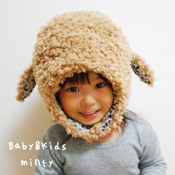 こちらは、タレ耳がかわいいキッズ帽子。もこもこしていて、羊さんみたいです。 鏡をみて、思わずにんまりしてくれるはず。