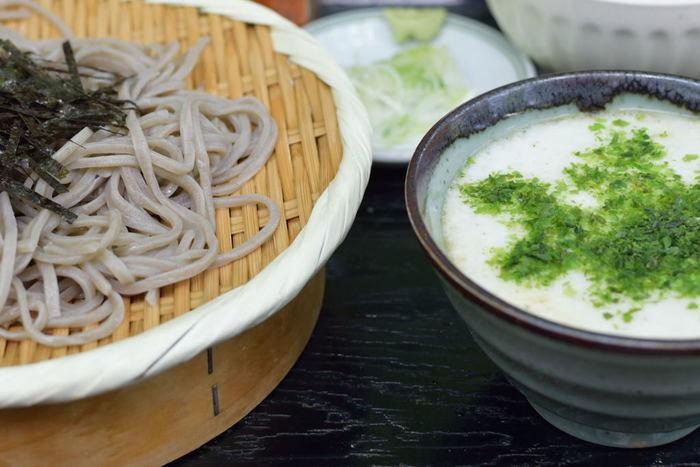 「大和芋」は、長芋などと同じくヤマノイモ科に属し、山芋と総称します。関東で大和芋といえば、イチョウの葉のように広がった「イチョウ芋」のことですが、奈良県の「大和いも」はげんこつ型の黒いツクネイモで、別の品種です。大和芋(イチョウ芋)の特徴は、粘りの強さと上品な甘み。生のまま千切りにすればシャキシャキ食感、すりおろせば強く粘り、また加熱すればホクホクに。旬は11~1月頃。