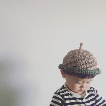 しっかりと目深にかぶる、というよりも頭の上にちょこんと載せるスタイルの帽子なので、肌が敏感な子、ゴムやひもなど、顔周りが気になる子にも、おすすめです。  こちらは麻100%で、ニットが苦手な子にもおすすめ。