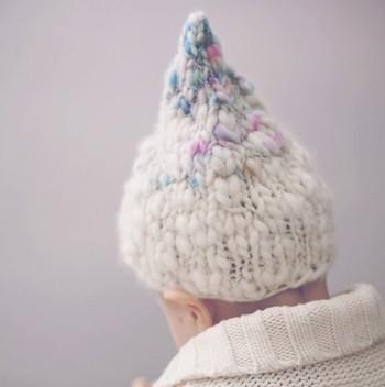 このような、グラデーションが美しい、ニットのとんがり帽子も♪ 編み物好きな方にとっては難易度は高くない作りなので、今度こちらのデザインにチャンレンジしてみては*