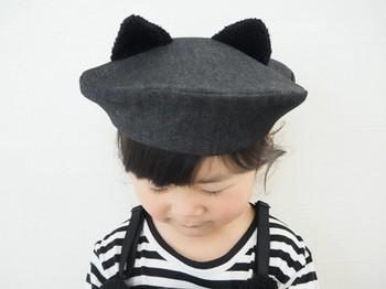 ニット帽にウサギやクマさんの耳のデザインは見かけますが、こちらはなんと、ベレー帽にネコの耳としっぽがついています。  ちなみに、柔らかいゴムがあごの部分についています。心遣いも感じられるデザインです。