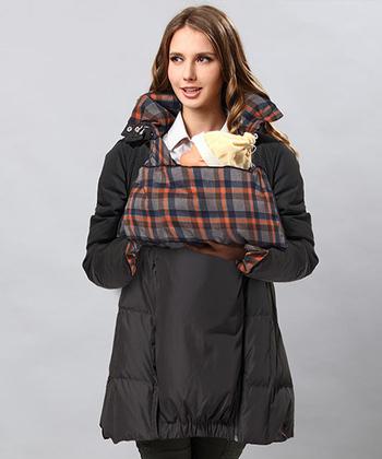 ダウンコートですが、リバーシブル。裏のチェック柄は暖かみのあるフランネル素材になっていますよ。その日のコーディネートに合わせて着こなしたいですね*  このように、ブラックの面で着て、裏のチェック柄がでるように、襟を立てたり、ダッカ―を折り返すとお洒落ですね。 おんぶ対応なのも、また嬉しいところ。
