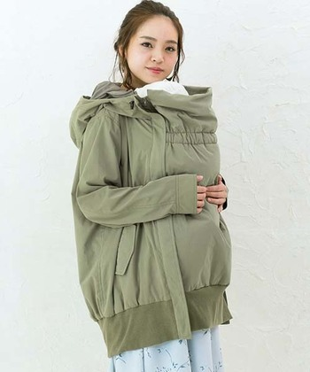 このコートはその袖口を2段階で絞ることができるのも、魅力的なポイントです。  お母さんは赤ちゃんを抱っこしていると動きにくくなるので、どうしてもぴったりとしたサイズのコートが着られません。そのため、袖口からの冷たい風が入ってしまい、体が冷えてしまう・・というのが、よくある悩みだからです。  袖口を絞れば、保温性が高まり、より暖かいですね。