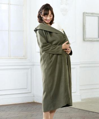 季節の変わり目など、涼しくなったときに、さっと羽織りたい、スエード風のロングコートです。  一枚仕立てのIラインを意識したデザインなので、スラリとした印象を受けます。  ダッカーはありませんが、十分に赤ちゃんを包み込んで抱っこしてあげられますよ。もちろん、一人用としても着こなせますし、一枚持っておくと、安心ですよね。