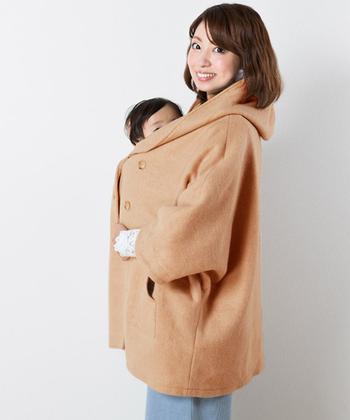 ポンチョ風のゆったりとした、ふんわり可愛いデザインのコートです。ダッカーなしですが、おんぶ可能で、大きめフード付き。おんぶしても赤ちゃんは暖かくいられますね。   ポンチョならではの嬉しい特徴が◎ 厚地のニットを着てからコートを羽織ると、肩周りや袖がきつく感じますが、このコートは袖もたっぷりと幅をとってありますよ。動きやすいのは、大きなポイントですよね。