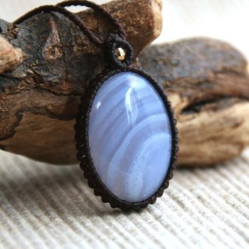 淡い青白色に美しい縞模様が入った青縞瑪瑙は、他者との交流を深めて孤独を解きほぐす力があるとされる石です。また、優しく落ち着いた色合いは、高ぶった感情を鎮め、穏やかで平穏な気持ちを保つ手助けをしてくれます。