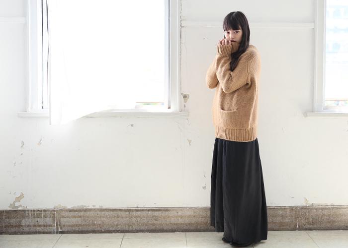ベージュ×ブラックの組み合わせは、大人の装いにぴったりで、お好きな方も多いはず。ぜひこれからの寒い時期も楽しみましょう。  ゆったりニットにあえてワイドパンツを合わせれば、さらに今年っぽい着こなしに。