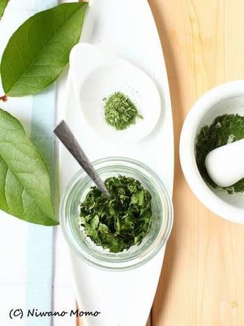 爽やかな香りのセロリの葉は、ドライハーブやスパイスのように、調味料として使うこともできます。こちらは電子レンジで簡単に作れる「ドライセロリ」。お料理に彩りを添えたり、スープに混ぜて香り付けしたりと、アイディア次第でいろいろな使い方ができますよ。