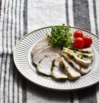 こちらは鶏むね肉をセロリの葉で包み、レンジで加熱調理するだけで簡単に作れる「サラダチキン」です。サラダ感覚でお野菜と一緒にいただくのはもちろん、サンドイッチの具材にも◎。まとめて作って冷凍保存もできるので、ストックしておくと様々なお料理に重宝しますよ。