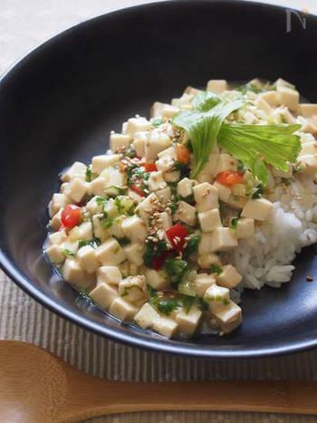 こちらはセロリの葉に、豆腐とミニトマトを合わせた簡単丼レシピです。白・赤・緑の3色の彩がとっても綺麗ですね。鶏がらベースのさっぱりとした味付けなので、朝食やお夜食にもぜひおすすめですよ。