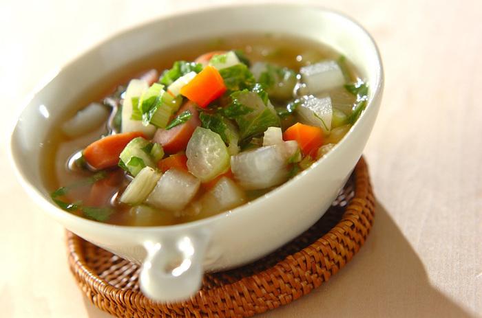 こちらはセロリの葉と茎に、大根や人参などの根菜とソーセージを合わせた具沢山のコンソメスープです。調理時間は約10分で簡単に作れるので、忙しい朝にも重宝しますよ。