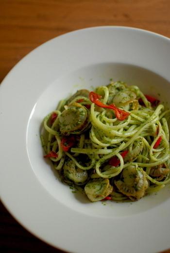 スープにもサラダにも使えるセロリの葉は、様々な洋食のメニューにも活躍してくれます。彩の綺麗なこちらのパスタは、セロリの葉で作るジェノベーゼです。バジルをセロリの葉に変えて、ガーリックやオイルと一緒にフードプロセッサーで撹拌するだけで、とっても簡単に作れるんですよ◎。