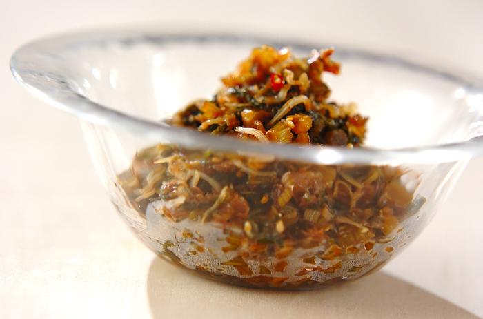 爽やかな香りが特徴のセロリは、ちりめんじゃこやかつお節など、風味豊かな食材との相性も抜群です。こちらの「セロリの葉の佃煮」は、ちりめんじゃこ・かつお節・白ごまなど、カルシウム豊富な食材も入って栄養満点。和食の副菜にもお弁当のおかずにも、ぜひおすすめの一品です。