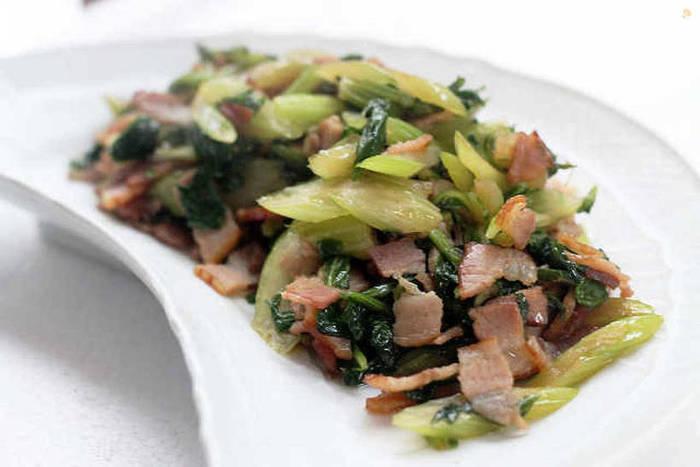 こちらの「セロリの葉とベーコン炒め」も、簡単に美味しく作れる時短レシピです。食用油は使用せずに、ベーコンの脂だけで炒めます。朝食やお弁当のおかずとしてだけではなく、ご飯に混ぜ込んでおむすびにしても美味しいそうですよ◎。