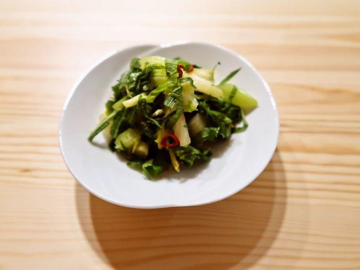 こちらは茎から葉まで、セロリを丸ごと使って作る「ナンプラー漬け」です。セロリの爽やかな香りは、独特の風味が特徴のナンプラーと相性抜群です。刻んだ香菜や大葉と一緒に漬けても◎。セロリを刻んで調味料と合わせるだけで、美味しいナンプラー漬けを簡単に作ることができますよ。