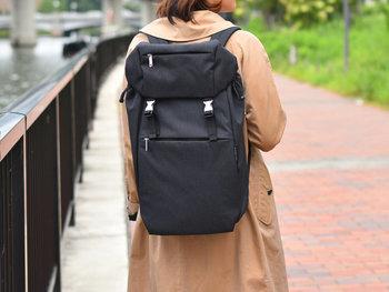 縦長で、無駄のないシンプルなデザインが素敵なmarimekko(マリメッコ)のバックパック。とてもすっきりとしたデザインなのに、使いやすさを追求した機能性と、大容量なのがうれしい。お仕事用としても使える、タウンユースにもぴったりのバックパックです。