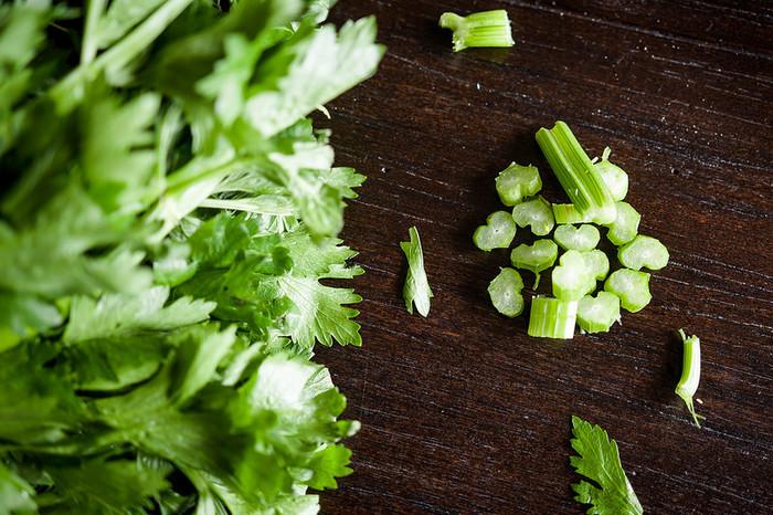 セロリの茎の部分はサラダや炒め物に使っても、「葉っぱの部分はどんな料理に使えるのか、よくわからない…」とお困りの方も多いのではないでしょうか。 セロリの葉は栄養価が高いと言われているので、使わずに捨ててしまうのはもったいないですよね。 そこで今回は、そんな「セロリの葉」を上手に活用した素敵なレシピをご紹介します♪