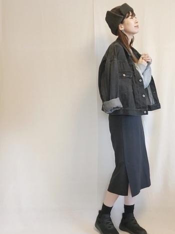 膝下丈のペンシルスカートは、膝は見せたくないけどコンパクトにまとめたい人におすすめの丈感。同系色のデニムジャケットを合わせて、まとまりのいいコーディネートを楽しんで。