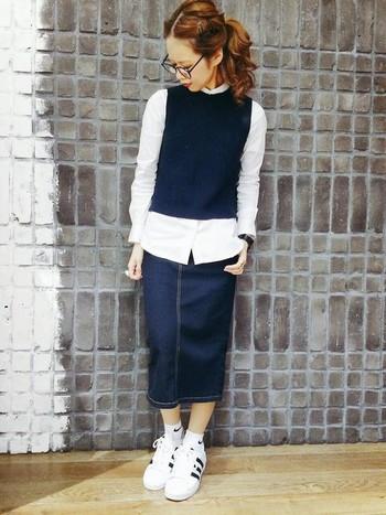 デニムのペンシルスカートは、季節を問わずに使えるアイテムの1つ。爽やかな白シャツ×ニットベストを合わせてすっきりとコーディネートして。